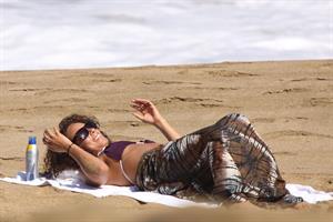 Alicia Keys bikini beach vacation candids in Hawaii on January 24, 2010