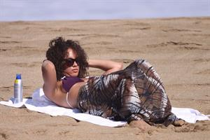 Alicia Keys bikini beach vacation candids in Hawaii on January 24, 2010