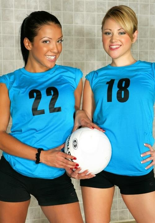 Two lesbian volleyball players stripping from shorts and exposing ass № 723876 бесплатно