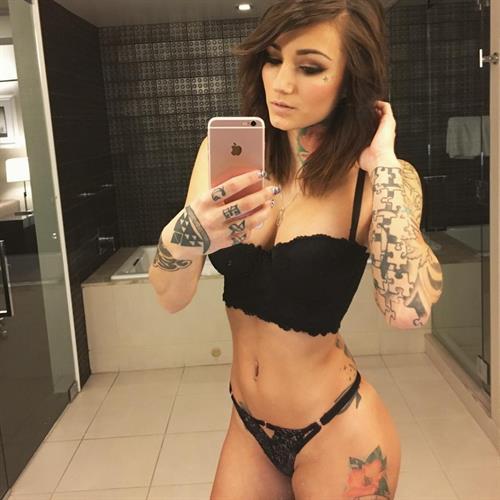 Brin Amberlee in lingerie taking a selfie