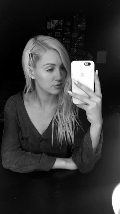 Ava Sambora taking a selfie