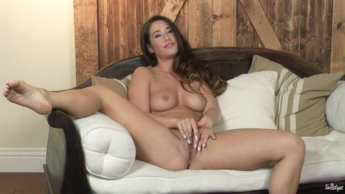 Eva Lovia 4
