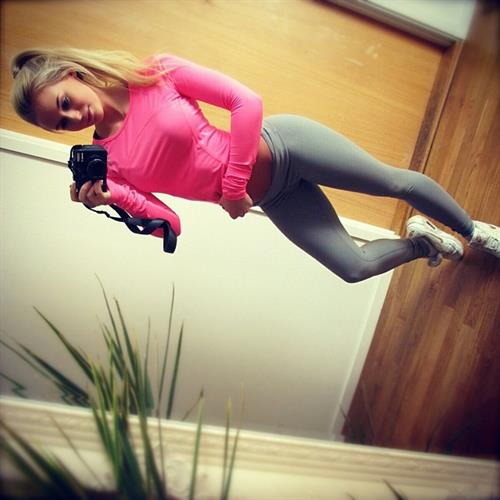 Anna Nyström in Yoga Pants taking a selfie