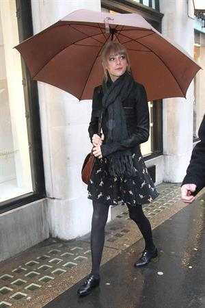 Taylor Swift goes shopping in London on January 24, 2012
