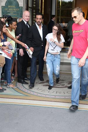 Kristen Stewart at Restaurant Le Castiglione in Paris (July 4, 2013)