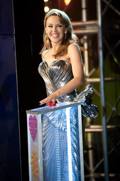 Kylie Minogue Pushing NYE 2012 button midnight-fireworks in Sidney 31.12.12