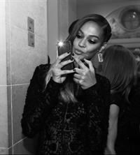 Joan Smalls taking a selfie