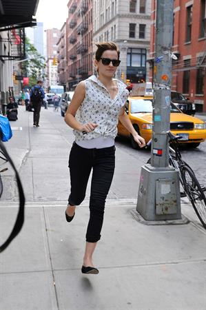 Emma Watson Shopping at a jewelry stand in the meatpacking district of New York 14.09.12