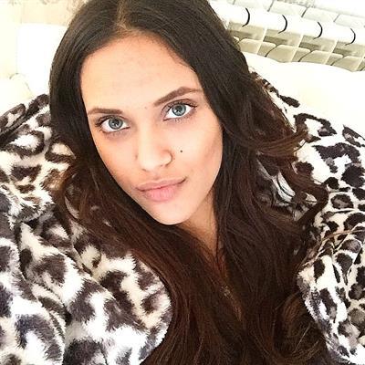Dalianah Arekion taking a selfie