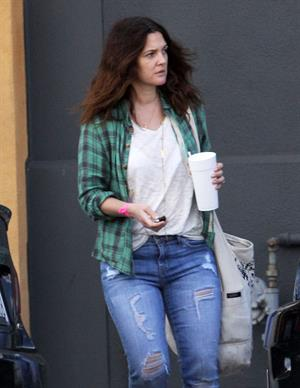 Drew Barrymore - Grabs a cup of somewhat in Santa Monica (21.02.2013)
