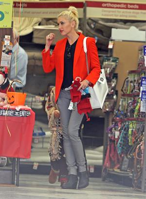 Gwen Stefani Spotted entering a store in Studio City (October 13, 2012)
