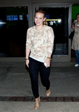 Hilary Duff arrives at Los Angeles International Airport (20.02.2013)