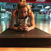 Iliza Shlesinger taking a selfie