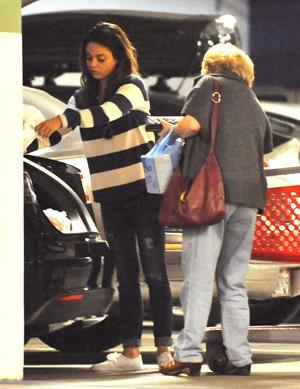 Mila Kunis - Caught with her mother and a shopping cart on a parking place in Los Angeles (04.02.2013)
