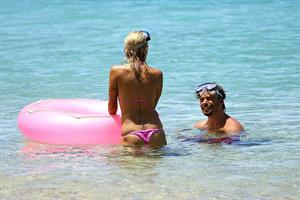 Pamela Anderson and e-husband Rick Salomon continue their Hawaiian vacation - August 15, 2013