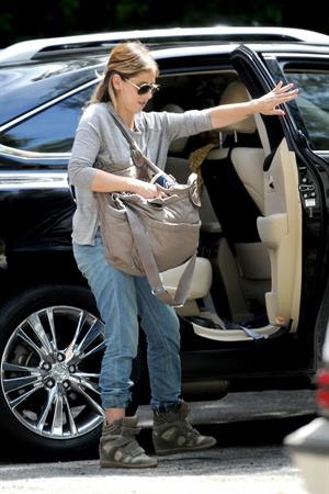 Sarah Michelle Gellar getting her morning starbucks in Los Angeles on July 28, 2014