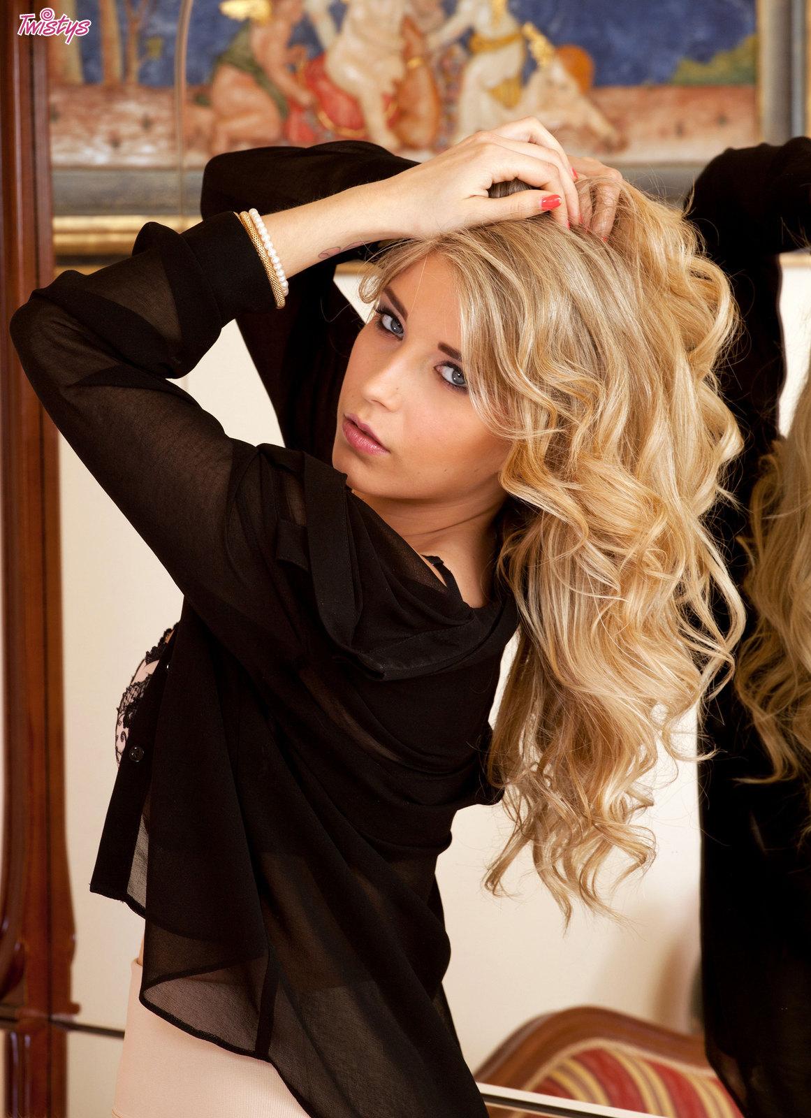 Blonde Buxom.. featuring Jodie Piper | Twistys.com