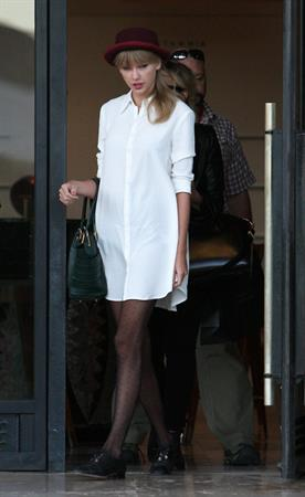 Taylor Swift – Barneys New York in Beverly Hills 9/29/13
