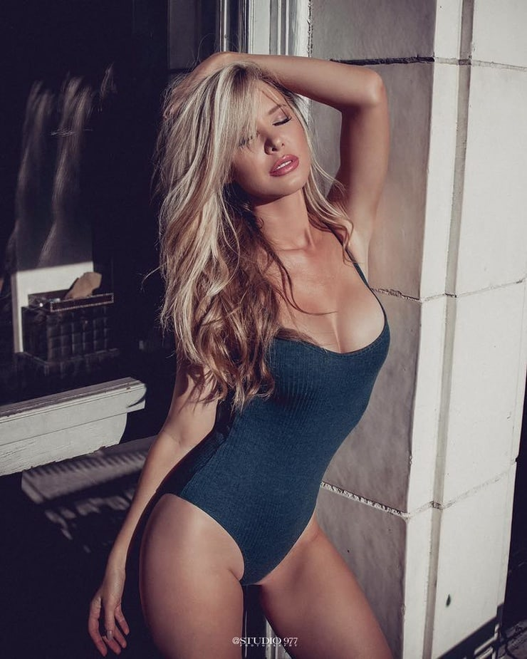 Tiffany Toth Nude - 247 Pictures in an Infinite Scroll